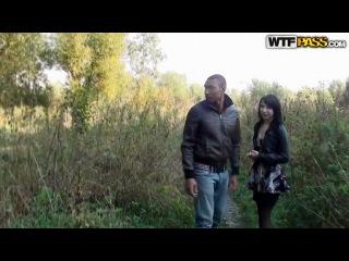 Русская брюнетка светанула своими сиськами перед пикаперами